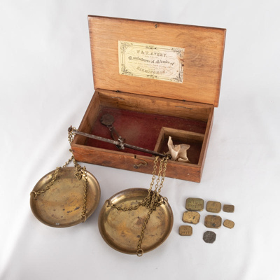 Gold weighing scales, boxed; W&T Avery Ltd; 1893; RX.2018.18