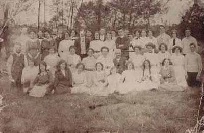 Mr G. Stubbs and Mrs Emily Stubbs with large group of guests at Black Rock House; 192-?; P1717